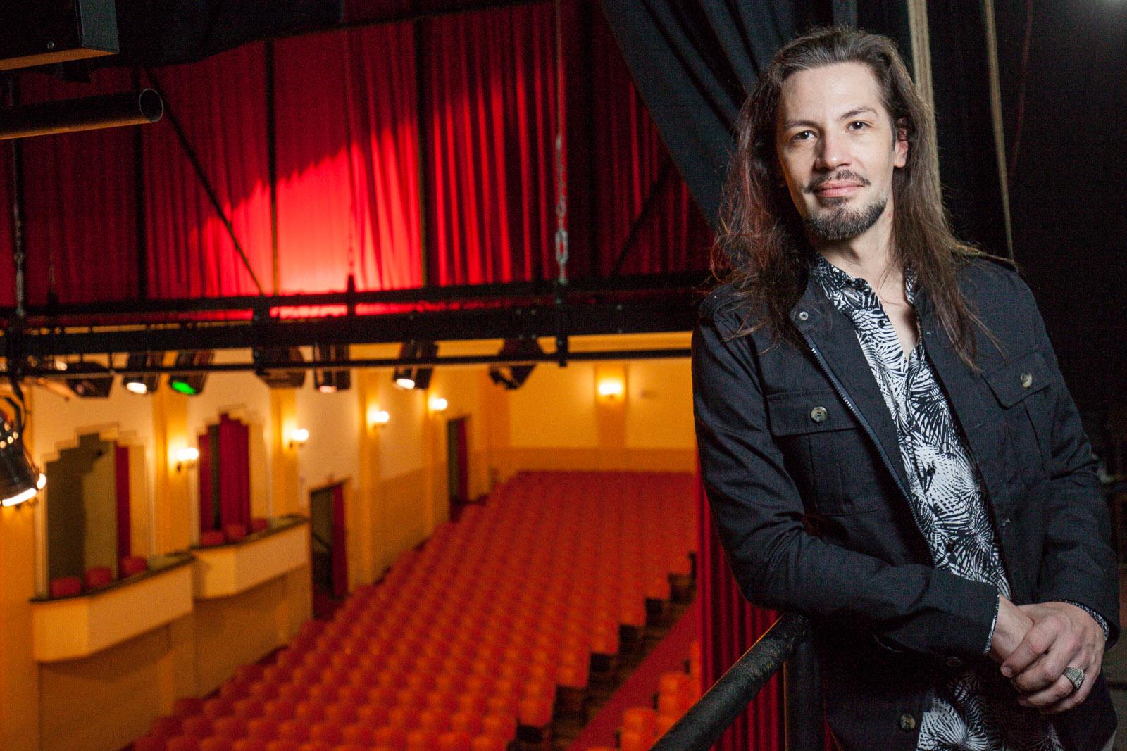 Fabio Hostert, coordenador do 30º Fitub, no palco do Teatro Carlos Gomes