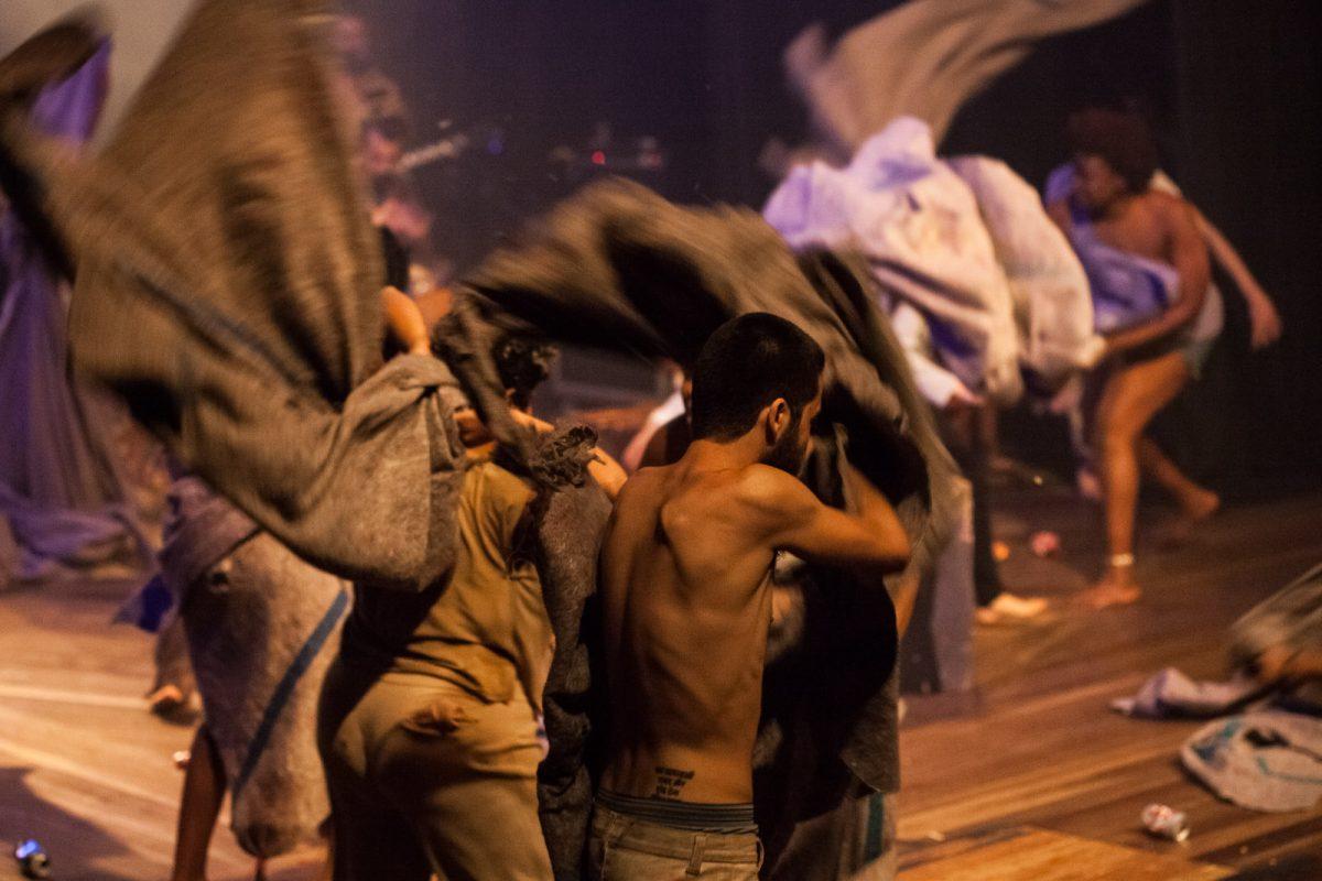 Confusão e muita movimentação em cena do espetáculo Benedites no Grande Auditório do Teatro Carlos Gomes