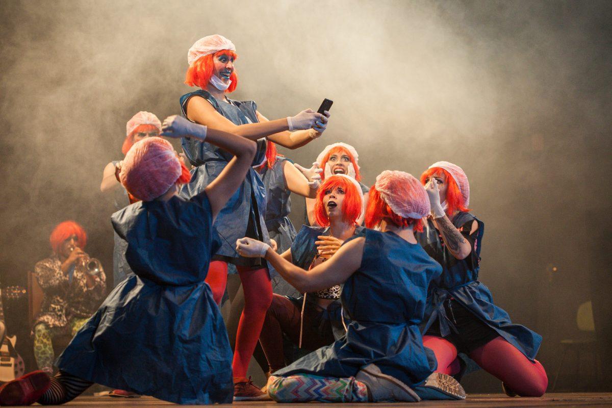 Cena do espetáculo Decadenta (Estelionatários – UnB – Brasília) no Festival de Teatro de Blumenau, em 2017