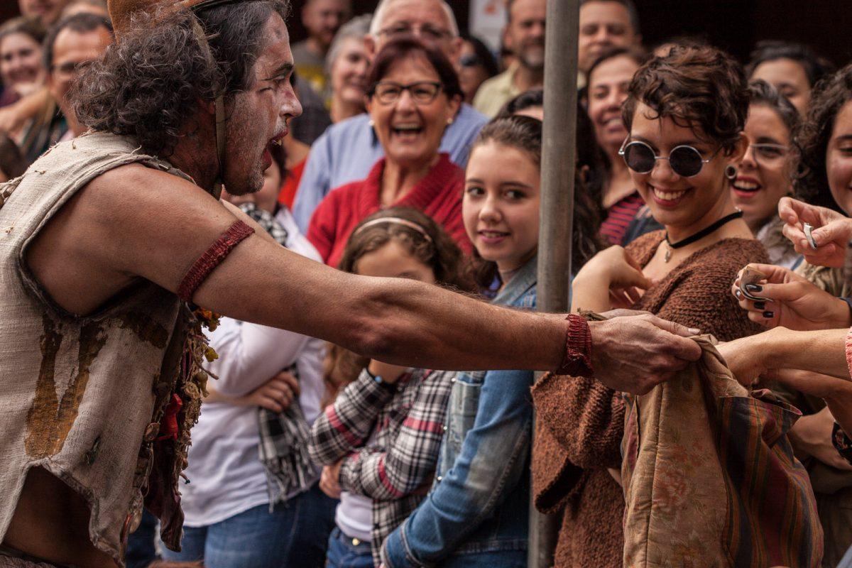 Júlia (Cirquinho do Revirado – Criciúma) levou teatro para as ruas de Blumenau durante o Festival de Teatro, em 2017