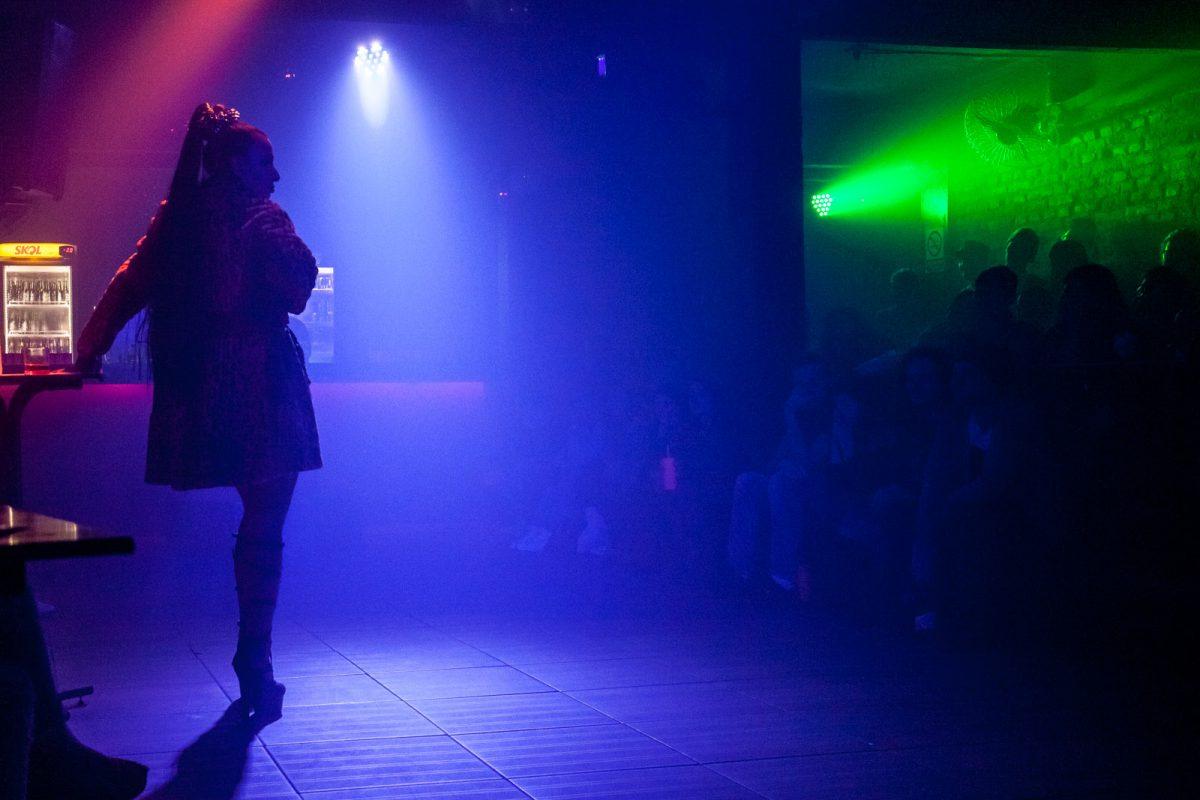 Kassandra, espetáculo da La Vaca Companhia de Artes Cênicas, de Florianópolis, foi apresentado no Fitub, em 2017, no bar GLS Queens, em Blumenau