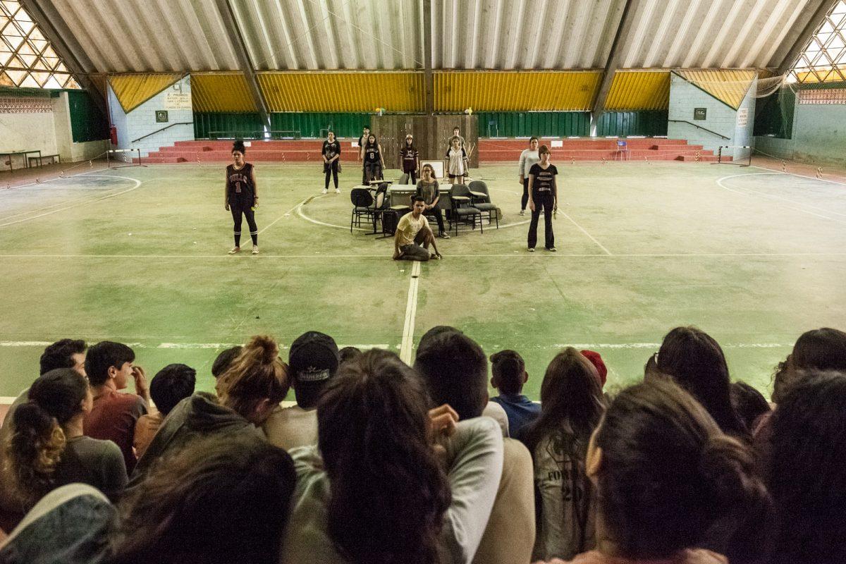 Atores do espetáculo Manifesto Prometeu diante do público em apresentação em uma escola pública de Blumenau