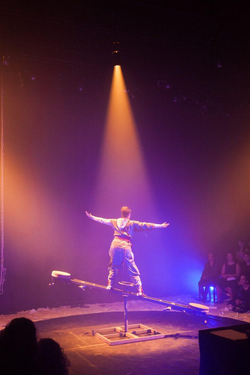 Atriz se equilibra em uma gangorra na peça teatral Nenhuma Carta (Panacéia Delirante – UFBA – Salvador), no Festival Internacional de Teatro Universitário de Blumenau em 2017