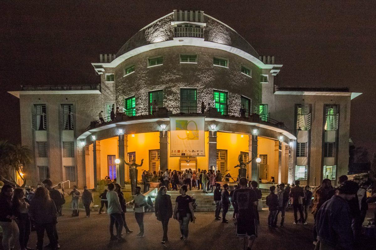 Fachada do Teatro Carlos Gomes, palco do 30º FITUB, em noite de celebração.