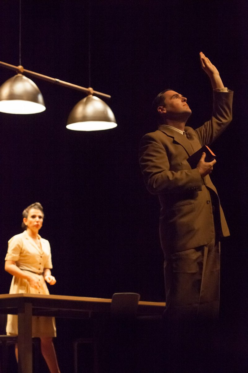 Ator representa um pastor em espetáculo no Teatro Carlos Gomes, em Blumenau