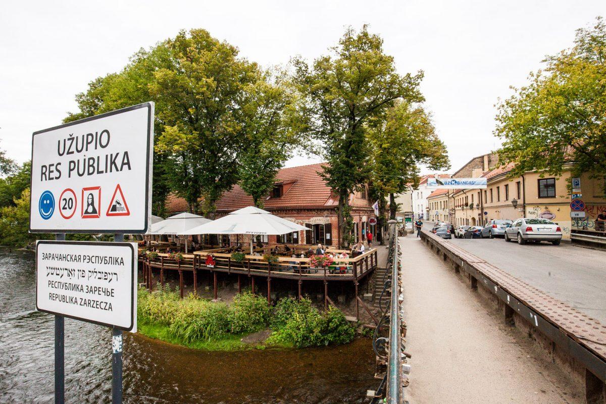 A ponte do bairro de Uzupis, em Vilnius, Lituânia, sinaliza a independência do bairro boêmio