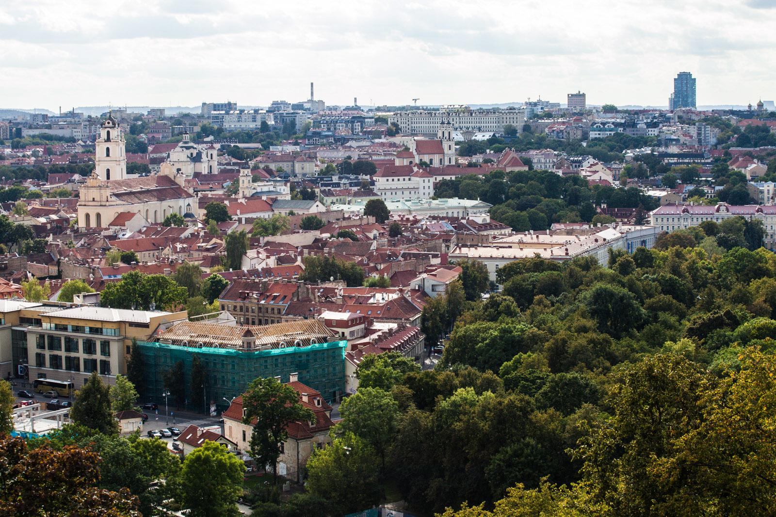 Vista panorâmica de Vilnius, a arborizada e histórica capital da Lituânia, durante o verão de 2016