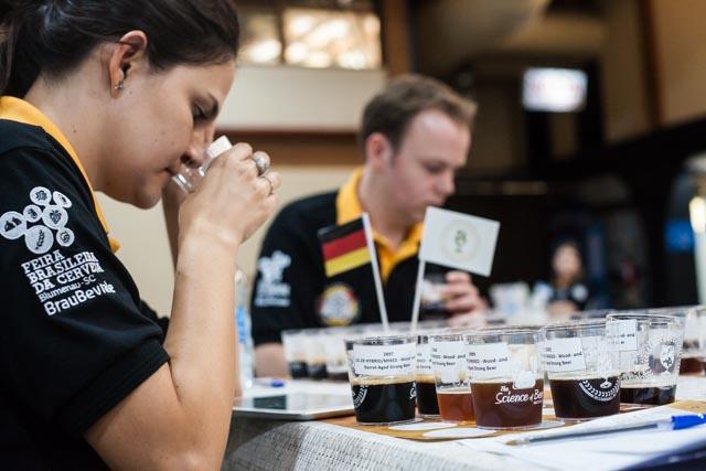 Jurados do Concurso Brasileiro de Cervejas, em Blumenau, avaliam mais de 3 mil cervejas