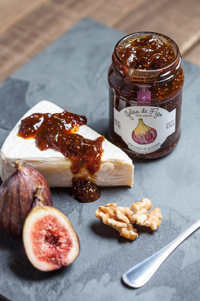 Geleia Artesanal de Figo espalhada em queijo brie, em foto de gastronomia