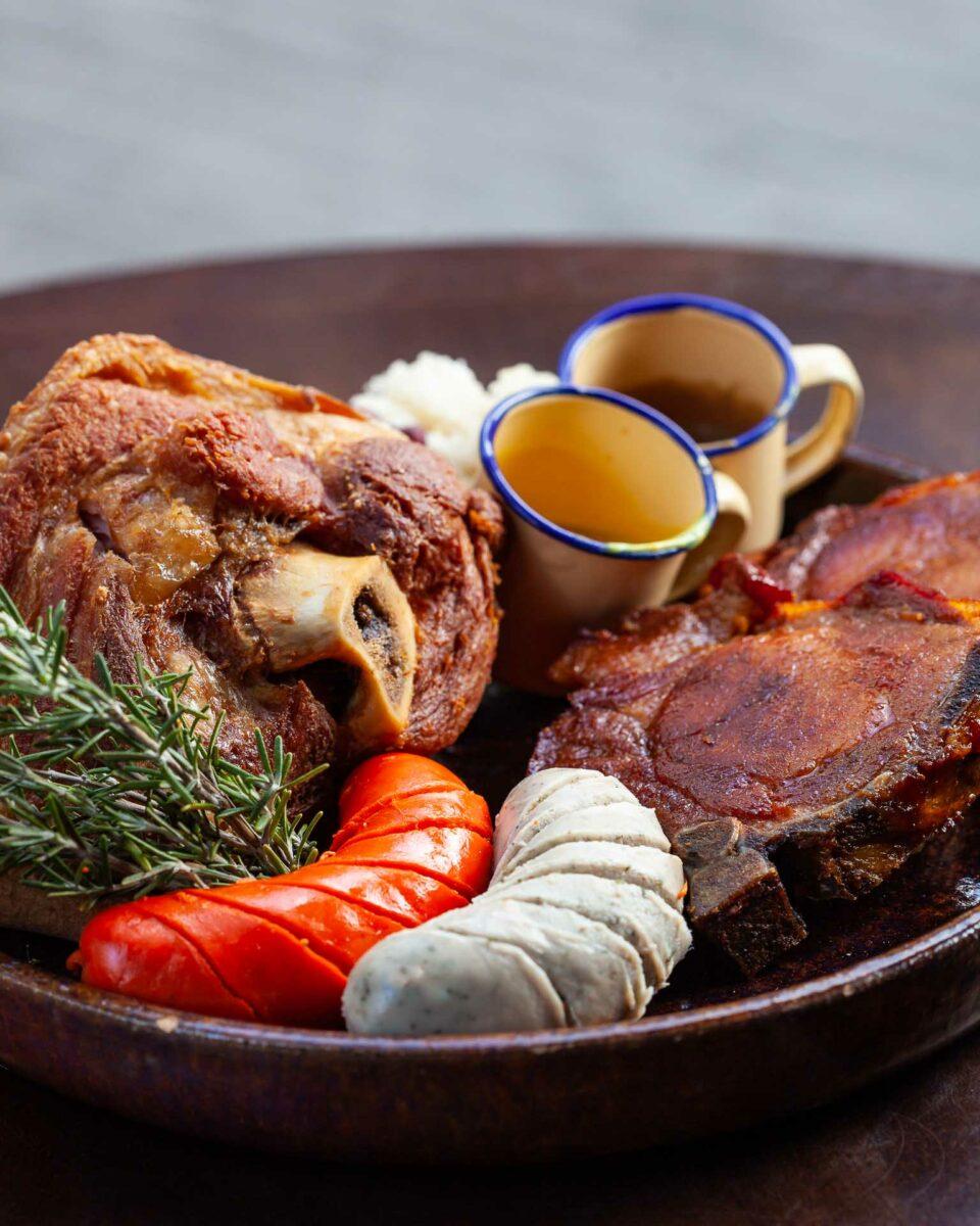 Prato com comidas típicas alemãs, salsichas e carne de porco