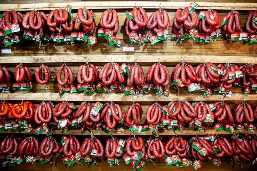 Expositor com centenas de Linguiças Blumenau na loja da Olho Embutidos e Defumados na Osterfest, festa de páscoa em Pomerode